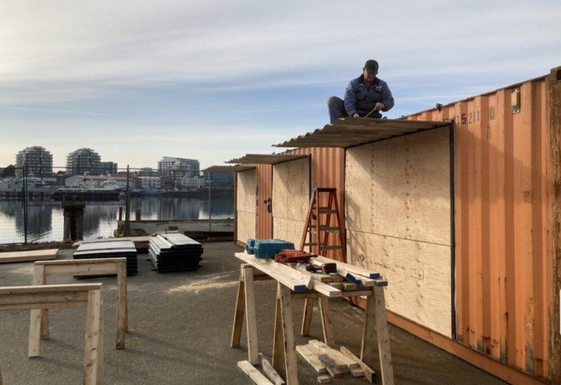 Un homme sur le toit d'un conteneur