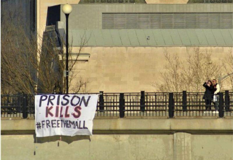 Une affiche mise sur un pont près du Parlement à Ottawa, on peut y lire,