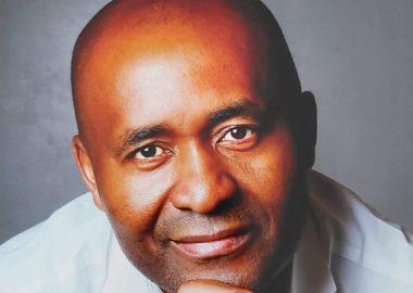 Homme de couleur avec une chemise blanche