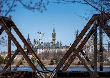 Un pont est vu devant le parlement au centre-ville d'Ottawa. (Photo: gracieuseté de la page Facebook de Ottawa Tourism)