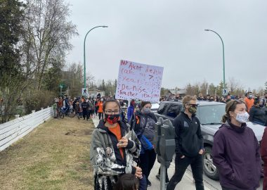 Dans une manifestation, une femme tient une pancarte où est écrit en anglais «ma tante Denise Boucher est morte à l'âge de 7 ans».