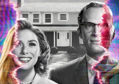 Une femme qui se tient à côté d'un homme, avec des couleurs psychédéliques à gauche et à droite, alors que le centre est en noir et blanc