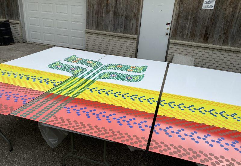 Le drapeau est peinturé en style picots pour représenter le perlage métis.