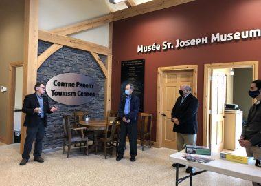 Quatre hommes debout dans un centre de tourisme au Musée de St-Joseph