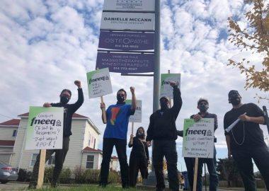 Des enseignants de Cégep se sont mobilisés pour manifester devant le bureau de la députée et ministre de l'Éducation supérieur Danielle McCann à Saint-Constant pour dénoncer leur surcharge de travail. (Photo: Gracieuseté Virginie L'Hérault)