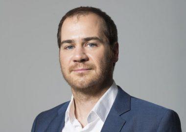 Jérôme Dupras, chemise blanche immaculée et veston bleu