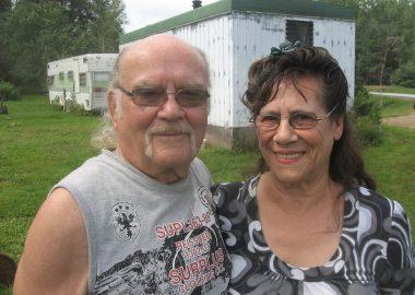 Jackie et sa femme Yvonne devant leurs maisons