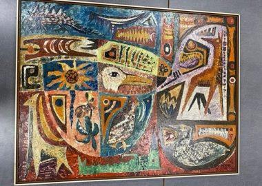 Une grande toile à peinture à huile, style abstraite, contient des animaux et des fleurs.