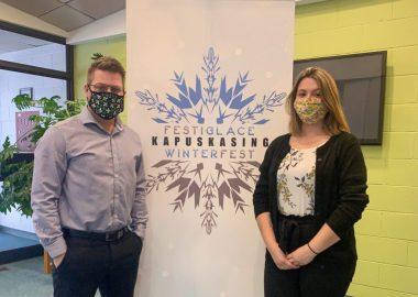 Jimmy Côté et Alexia Brazeau devant le nouveau logo du festiglace