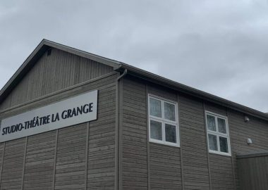 Le studio-théâtre la Grange lors d'une journée nuageuse