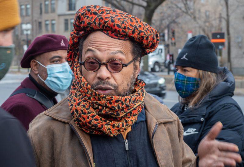 Michael P. Farkas enrubanné de couleur rouge et noir portant petites lunettes rondes