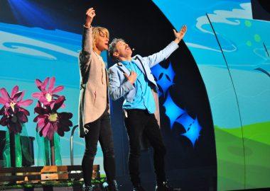 Deux artistes chantant ensemble sur scène