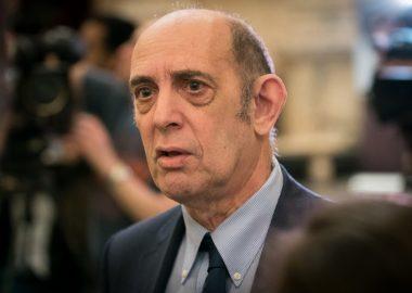 Monsieur Marvin Rotrand vêtu de veste noir cravate noire sur chemise bleue