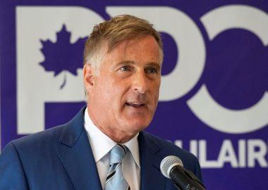 Maxime Bernier vêtu d'une veste bleu foncé, cravate bleu clair sur chemise blanche.