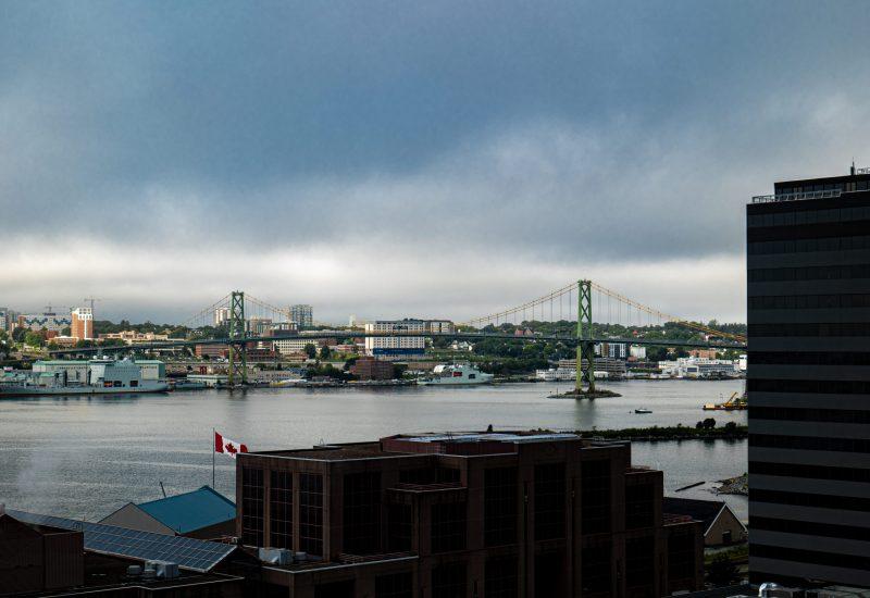 Le pont d'Halifax face à la base militaire. Paysage de la ville au petit matin.