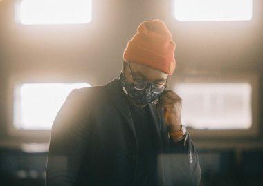 Photo stylée du rappeur kid Gali, vêtu d'un style urbain et d'un couvre visage