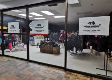 Boutique vue du centre commercial. Grandes fenêtres. Boutique contient des vêtements d'hiver