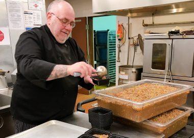Le chef Pat Mills assemblant des repas