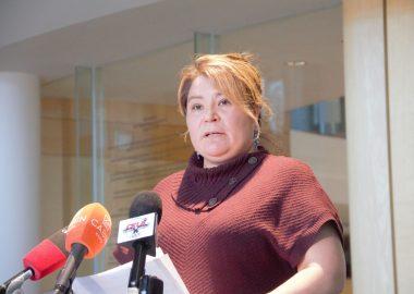 La ministre Paulie Chinna, face aux micro des médias Ténois, en conférence de presse.