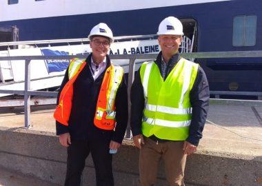 Deux dirigeants de Relais Nordik devant le navire Bella Desgagnés
