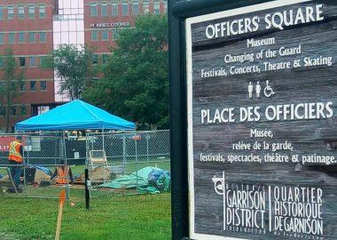 Le panneau d'entrée de la place des Officiers devant les fouilles archéologiques