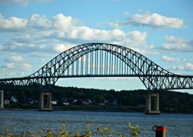L'arc du pont Centenaire, qui traverse la rivière Miramichi