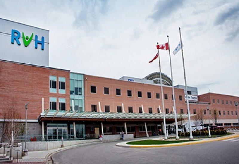Hopital de Barrie avec un ciel bleu du printemps, le drapeau du Canada visible.