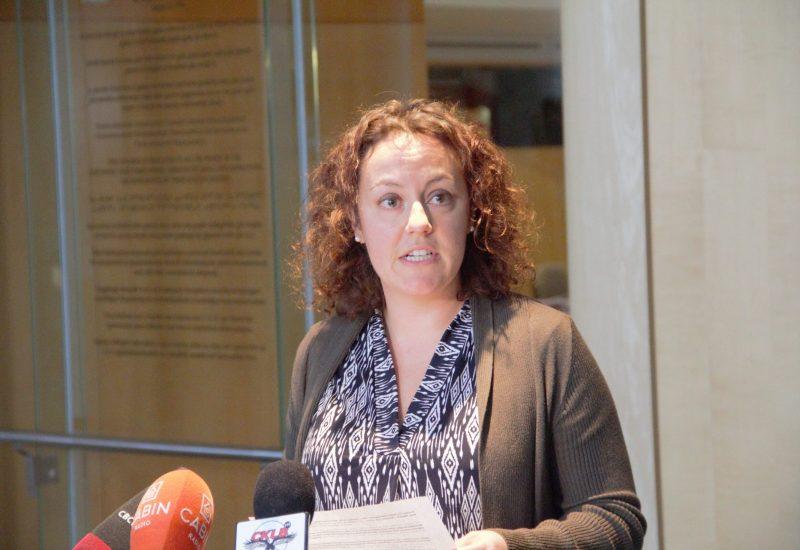 En point de presse, la mairesse de Yellowknife, Rebecca Alty