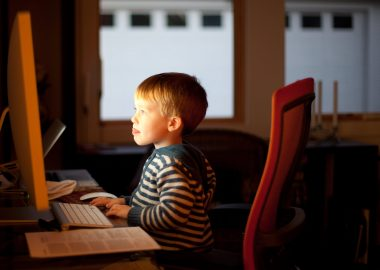 Quels usages des écrans pour quels impacts sur les jeunes enfants ? Photo : Lars Plougmann CC-BY-SA