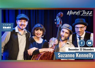 Suzanne debout dans le milieu est entourée par ses trois musiciens.