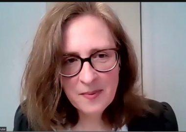 Isabelle Bérubé porte des lunettes