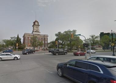 L'intersection du boulevard Provencher devant l'ancien hôtel de ville se Saint-Boniface en été avec un ciel bleu-gris.