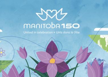 Le logo de Manitoba 150 en blanc sur une affiche d'un ciel bleu et des fleurs mauves.