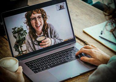 Un café en ligne entre femmes pour rompre l'isolement. Photo : Photodock