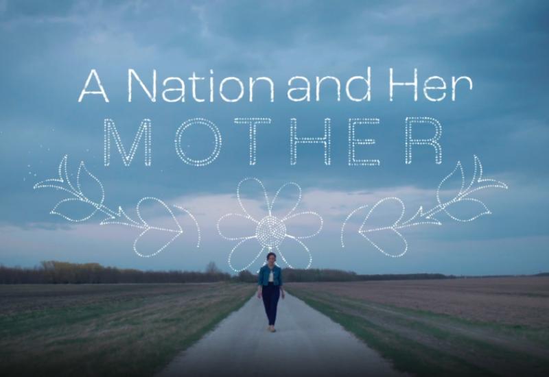 Janelle, habillée en jean jacket, est debout loin sur un chemin de gravier en milieu d'un champ des prairies devant un ciel gris nuageux où est écrit le titre du poème par dessus une animation de perlage métis.