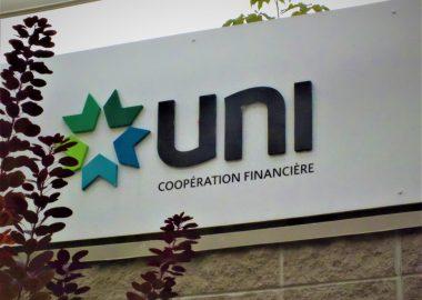 Le logo d'UNI Coopération financière sur une enseigne