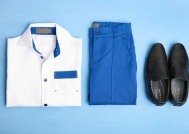 Un chemise blanche, du pantalon bleu et des souliers noirs.