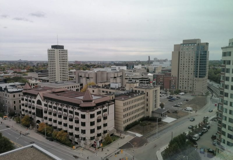 Des bâtiments de l'Université d'Ottawa pris en photo depuis un autre bâtiment du même établissement.