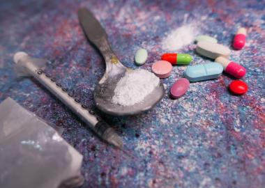 Cinq personnes décèdent chaque jour dans la province à cause de surdoses de drogues illicites. Photo : Towfiqu barbhuiya, Canva.