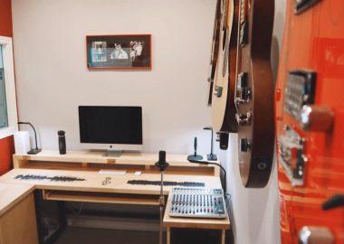 trois guitares au mur et nous voyons le bureau denregistrement