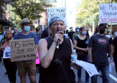 Des manifestants au Downtown Eastside de Vancouver le 15 août 2020 lors d'un hommage aux victimes de drogues toxiques. (Photo: David P. Ball)