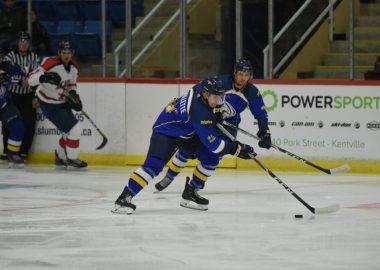 Vincent Milette manie la rondelle suivie d'Édouard Michaud sur la patinoire de L'Université de Moncton