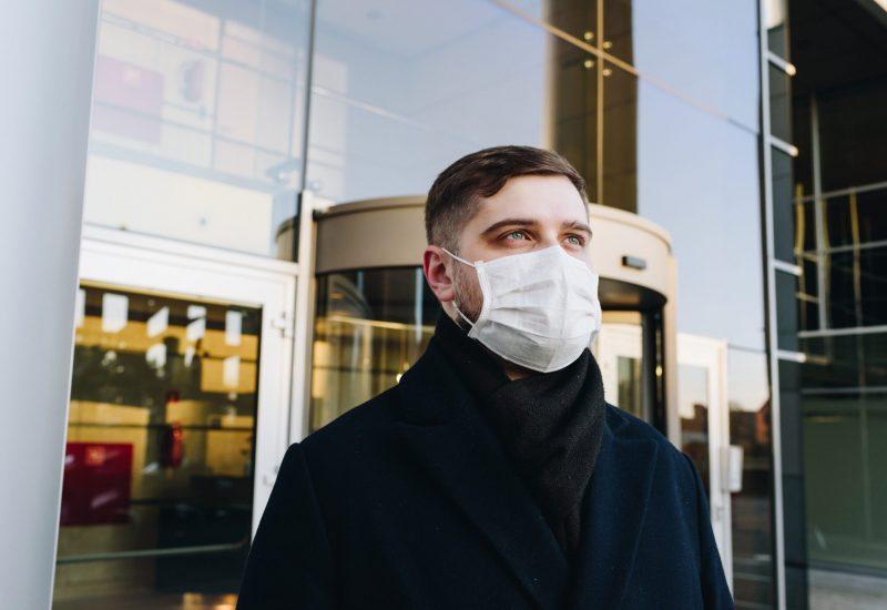Un homme portant le masque