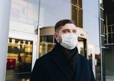 Un homme masqué
