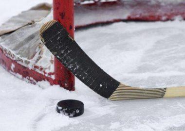 Un bâton de hockey devant un but