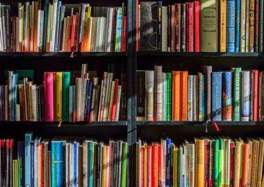 Bibliothèque remplie de livres colorés