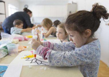 Enfants qui font du bricolage