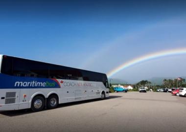 Un autobus Maritime Bus stationné devant un arc-en-ciel