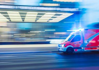 Camion rouge d'ambulance en mouvement