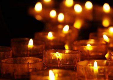 Des bougies allumées sont posées par terre